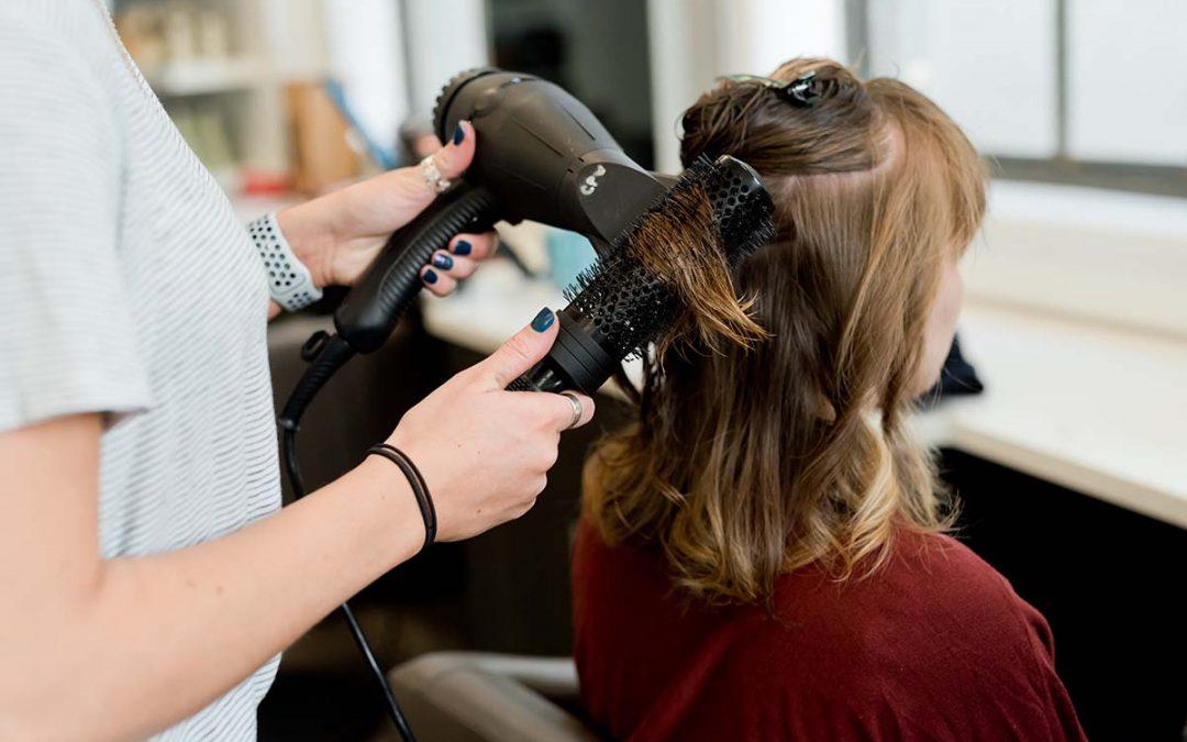 Kaip parinkti tinkamą plaukų spalvą ir kirpimą?